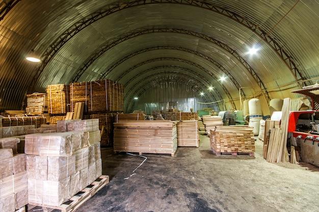 建設および修理用のさまざまな木材が詰め込まれた倉庫 Premium写真