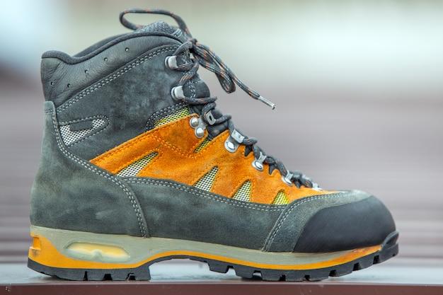 Кожаная походная походная зимняя обувь на размытом фоне Premium Фотографии