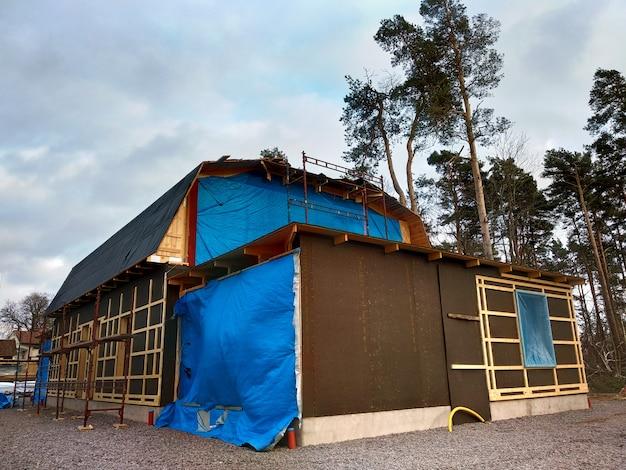 改装工事中の家の木造の納屋。 Premium写真