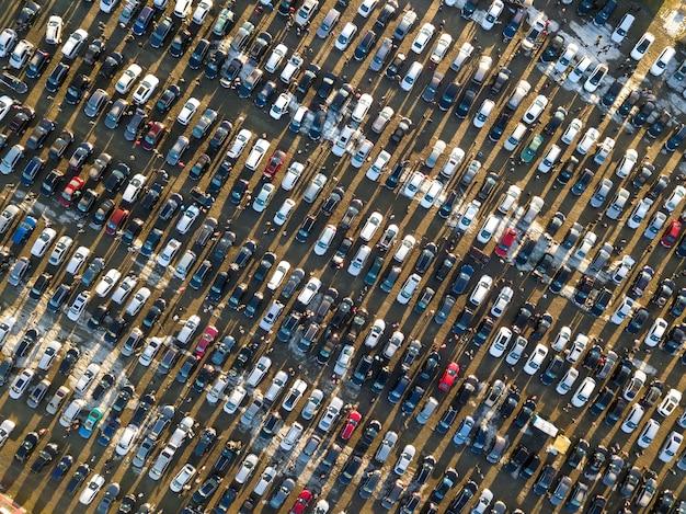 Воздушное изображение трутня много автомобилей припарковало на месте для стоянки, взгляд сверху. Premium Фотографии