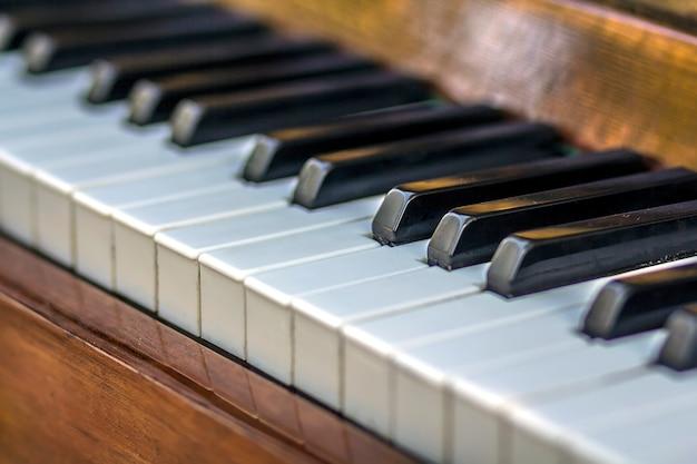 Крупный план клавиш пианино. закрыть фронтальный вид. Premium Фотографии