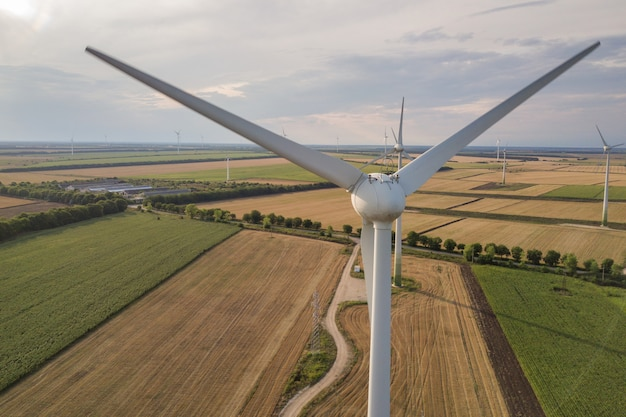 クリーンな生態学的電気を生産するフィールドの風力タービン発電機の空撮。 Premium写真