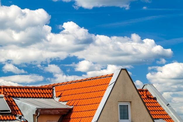 窓と黄色の屋根瓦の家の屋根 Premium写真