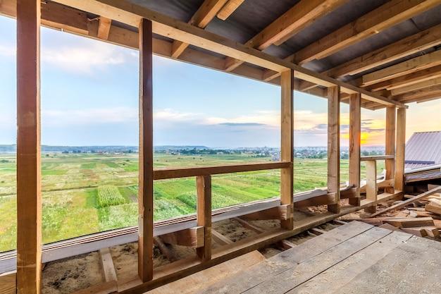 Новое жилищное строительство каркаса дома. внутреннее обрамление строящегося нового дома Premium Фотографии