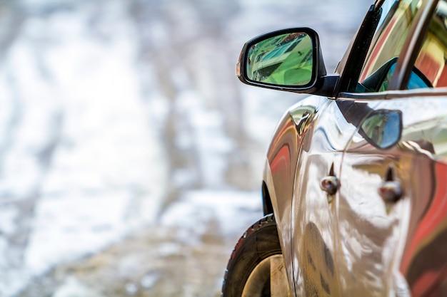 サイドミラー付き車のクローズアップの詳細画像 Premium写真