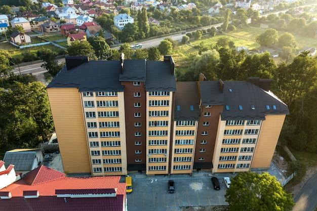 緑豊かな住宅街の高層マンションの空撮。 Premium写真
