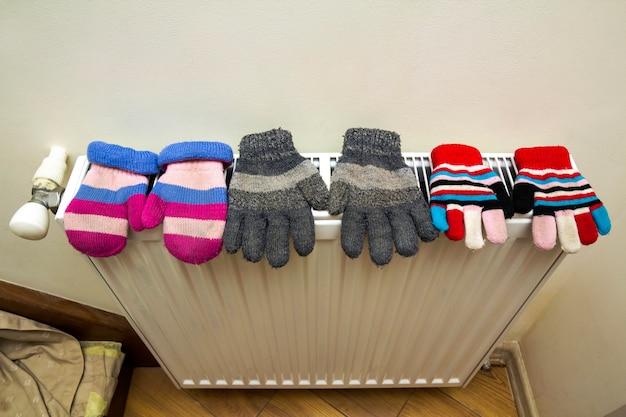 子供の温かい手編みのストライプウールウールの手袋 Premium写真