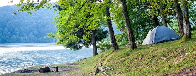 湖のパノラマのほとりにキャンプテント Premium写真