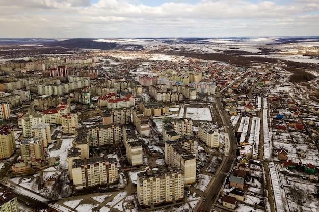 Взгляд сверху ландшафта города зимы с высокими зданиями. дрон аэрофотосъемки. Premium Фотографии