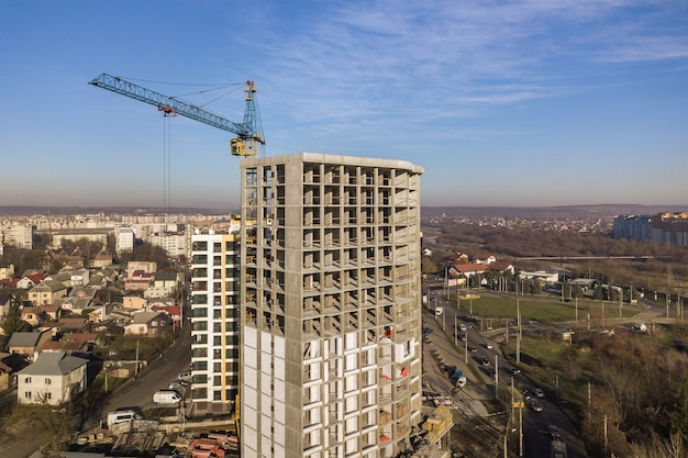 都市で建設中の高層マンションのコンクリートフレームの空撮。 Premium写真
