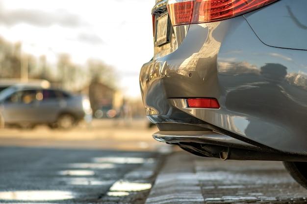 Крупный план современного автомобиля припаркованного на стороне улицы города. Premium Фотографии
