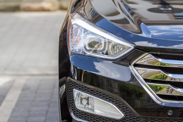 Фара автомобиля припаркована на обочине улицы на стоянке. Premium Фотографии
