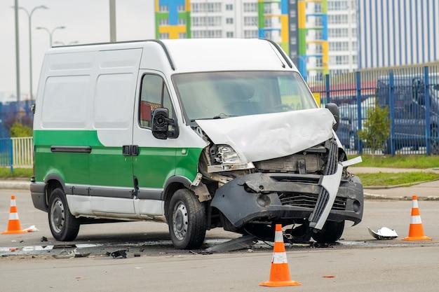 都市通りでの自動車事故後の大きな損傷を受けた車。 Premium写真