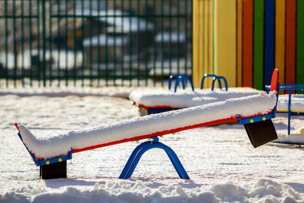 雪に覆われたブランコのある幼稚園の遊び場 Premium写真