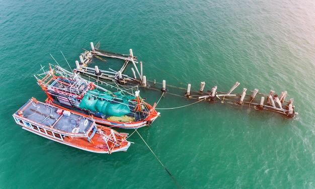 港に浮かぶ木製の漁船。 Premium写真
