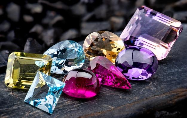 Набор ювелирных украшений из коллекции драгоценных камней. Premium Фотографии