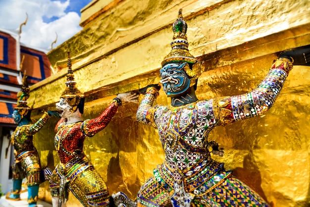 バンコクの壮大な宮殿で悪魔の守護者。 Premium写真