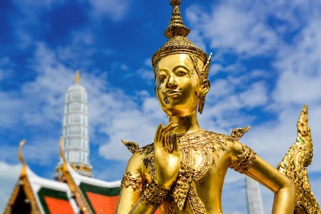 壮大な宮殿での金成の黄金像。 Premium写真