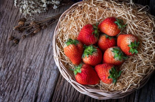 庭の赤いイチゴ果実。 Premium写真