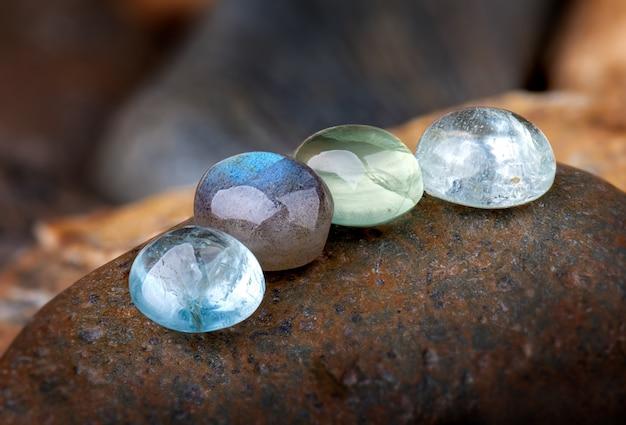 Кварцевые и изумрудные минеральные камни круглой огранки. Premium Фотографии