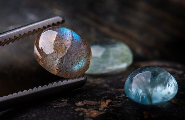 Лабрадорит круглой огранки минеральных камней. Premium Фотографии