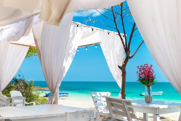 島の青い海の景色。 Premium写真