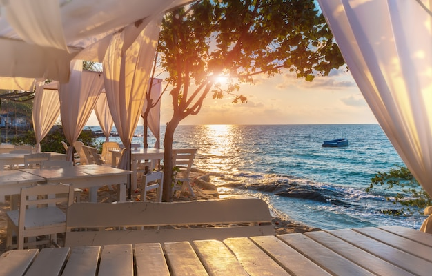 白い装飾が施された島の青い海の景色は、日の出の照明でリラックスできます。 Premium写真