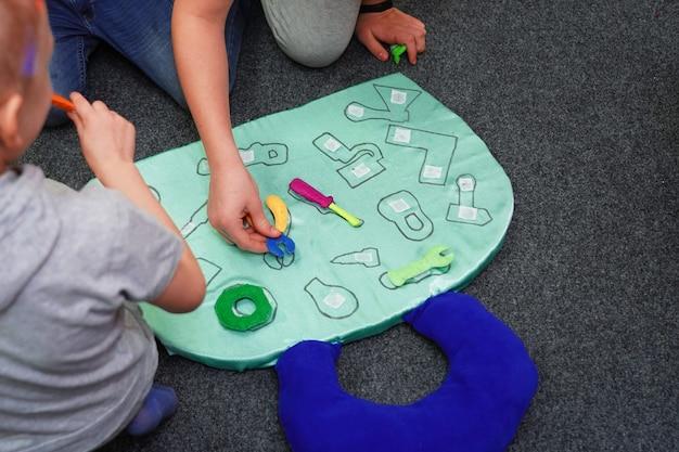 子供向けの検索図形のコマンドゲームは、プロファイルツールに対応しています。男の子のチームワーク Premium写真