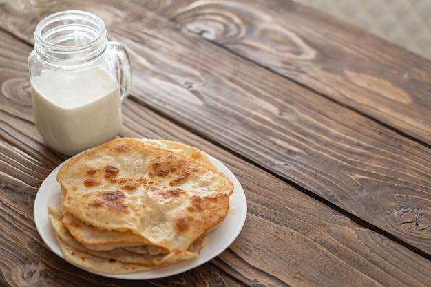 ミルクのマグカップと揚げたトウモロコシのトルティーヤのプレート Premium写真