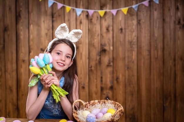 Христос воскрес! милая маленькая девочка носит уши кролика в день пасхи. Premium Фотографии