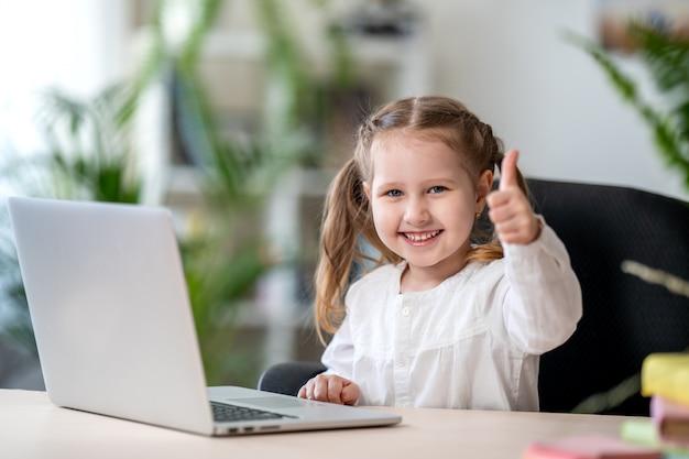 Маленькая девочка с использованием цифрового ноутбука концепция электронного обучения, концепции цифрового электронного обучения Premium Фотографии