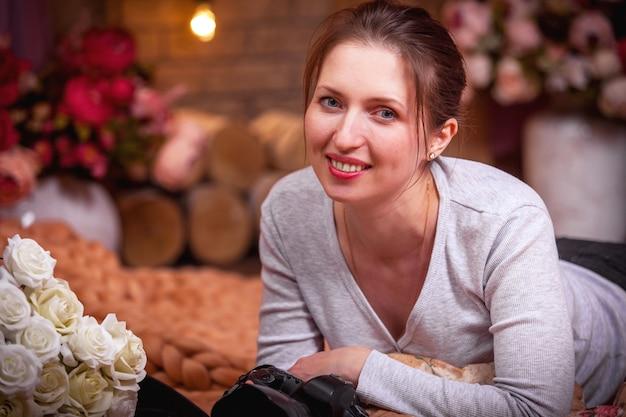 Девушка с камерой и улыбкой Premium Фотографии