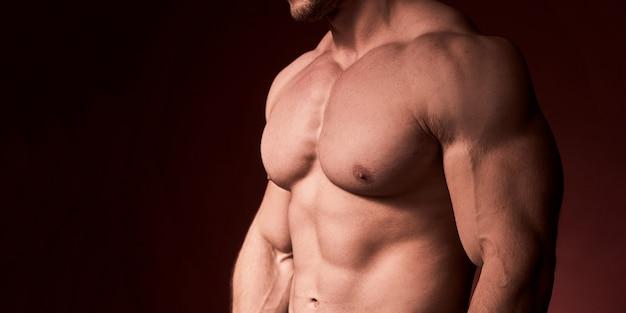 胸毛のない男性。筋肉の胸がポンプでくまれた男性 Premium写真