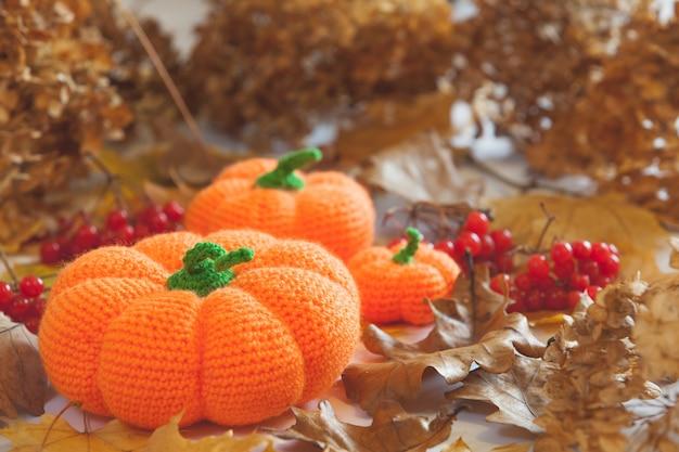 ハロウィーンのあみぐるみのかぼちゃとコウモリのニット Premium写真