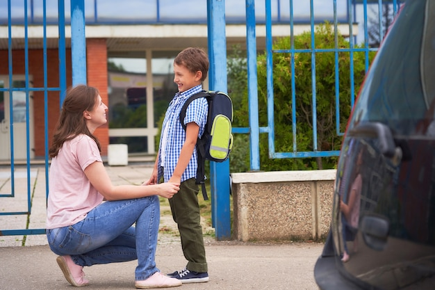 朝の少年は、学校に行きます。 Premium写真