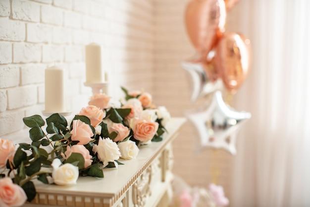 明るいインテリアの花で暖炉の装飾 Premium写真