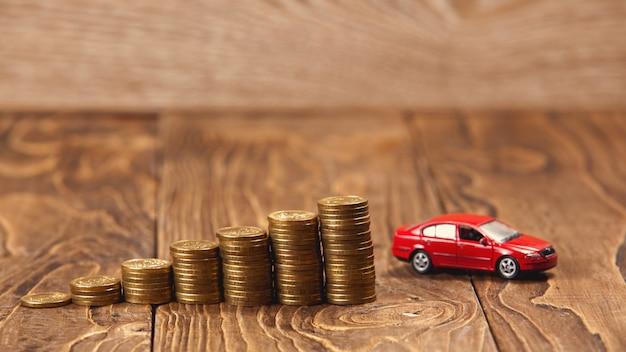 Концепция накопления на автомобиле, лестница монет, ведущая к цели Premium Фотографии