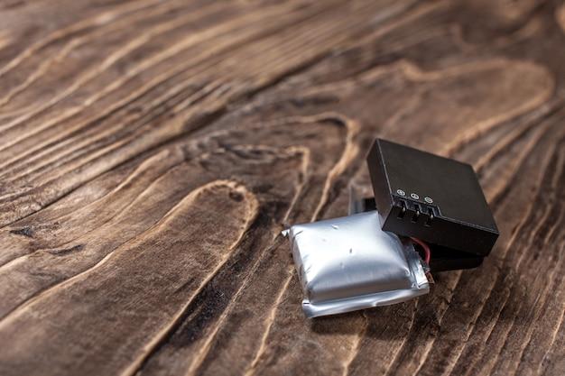 膨張したリチウムイオンポリマー電池-有毒で危険な廃棄物 Premium写真
