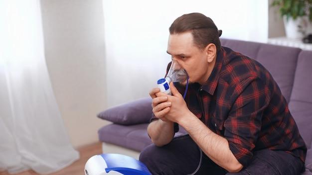 Портрет человека дышать через маску ингалятор в домашних условиях. Premium Фотографии