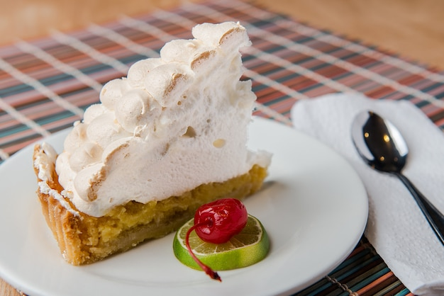 Лимонный пирог с фруктами и ложкой Premium Фотографии