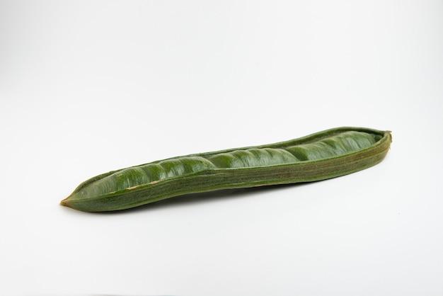 Гуаба или куаникиль, свежие южноамериканские фрукты на белом Premium Фотографии