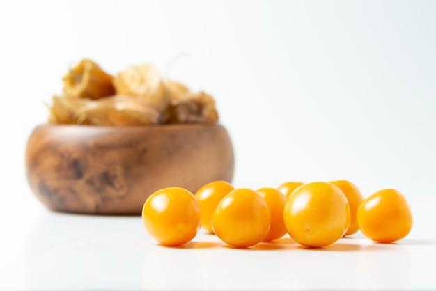 ゴールデンベリーは、白で隔離。ペルーの果物「アグアマント」 Premium写真