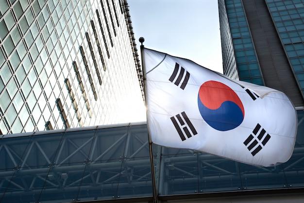 高層ビルに掛かっている韓国国旗。 Premium写真