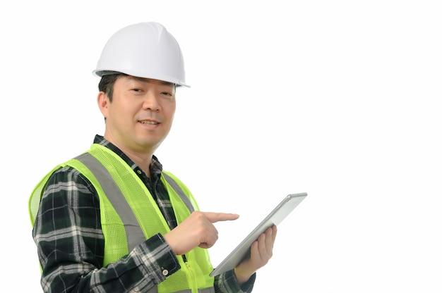 Средн-постаретый азиатский инженер используя пк таблетки на белой предпосылке. Premium Фотографии