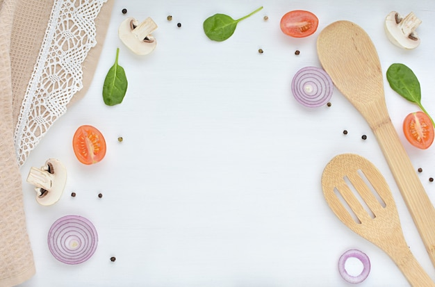 レシピ、料理のコンセプト、木のスプーン、ひも、野菜、スパイスのテーブルクロス。 Premium写真