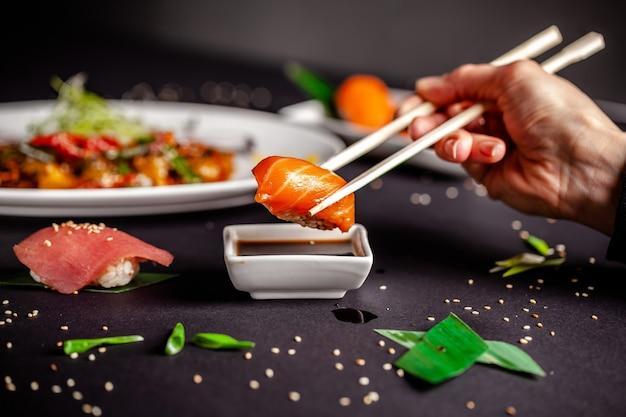 Девушка в китайском или японском ресторане суши. Premium Фотографии
