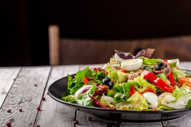 Салат из рыбы и рыбы. Premium Фотографии