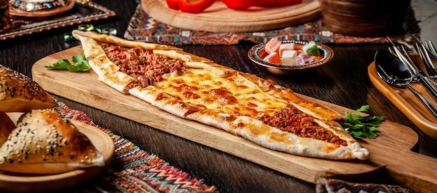 Турецкая пицца пита с другой начинкой. Premium Фотографии