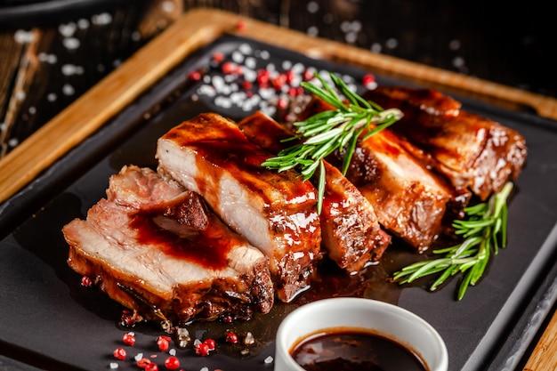 Жареные свиные ребрышки с соусом гриль Premium Фотографии