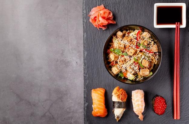 麺類、海老入り寿司、赤キャビア、ウナギ、マグロの和食弁当。 Premium写真